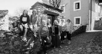 Absolvierten den Grundkurs 2018 (vlnr): Simone Marchon, Katja Walker, Anita Keiser, Joseph Keutgens, Moni Egger (Erzählerin), Katja Wißmiller(Leitung),Brigida Arndgen, Christa Schmelzkopf, Lydia Furrer |  © Lars Schumm